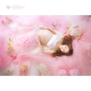 ピンク 寝そべり 一番人気 マタニティフォト